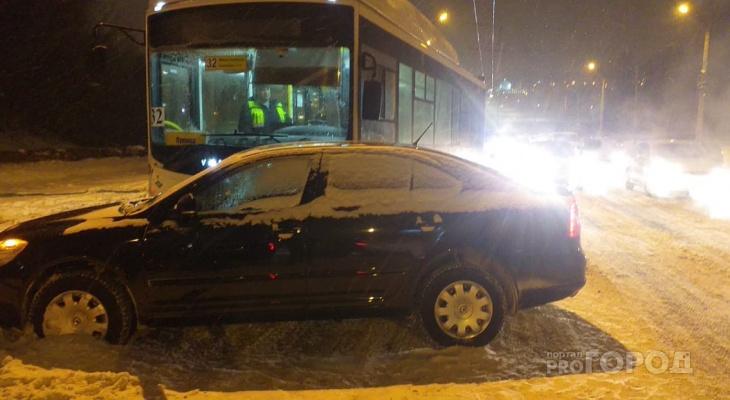В ДТП с автобусом на Гражданском кольце пострадала женщина