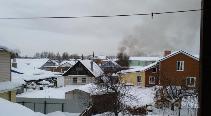 В Чебоксарах горит частный дом, дороги перекрыли