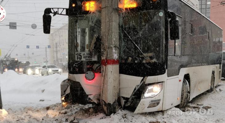 В центре Чебоксар автобус влетел в столб