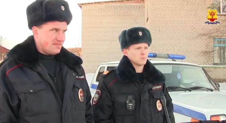 Полицейские вытащили из задымленной квартиры двоих мужчин
