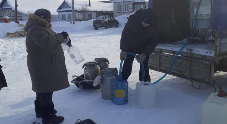 Жителям деревни Красночетайского района привезли воду, чтобы они не пили из проруби