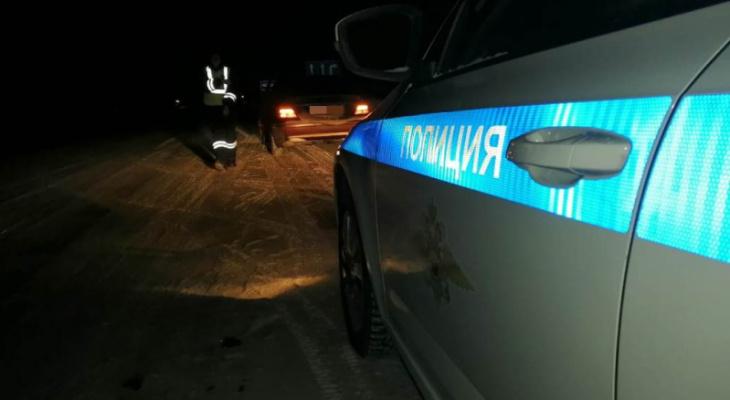 Два водителя застряли на дороге в сильный мороз: у одного вылилось машинное масло, а у другого закончился бензин