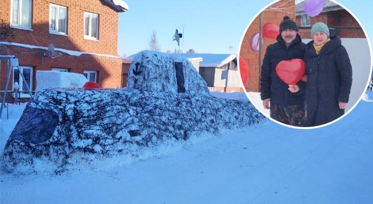 Супруги из деревни Клычево слепили из снега 15-метровую подводную лодку