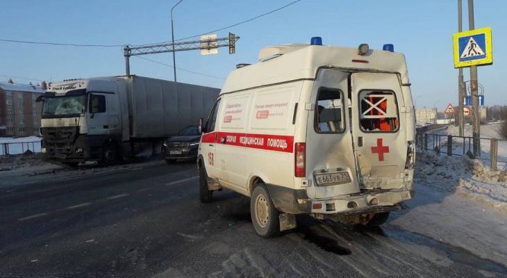 Фельдшер и водитель скорой пострадали в столкновении с фурой