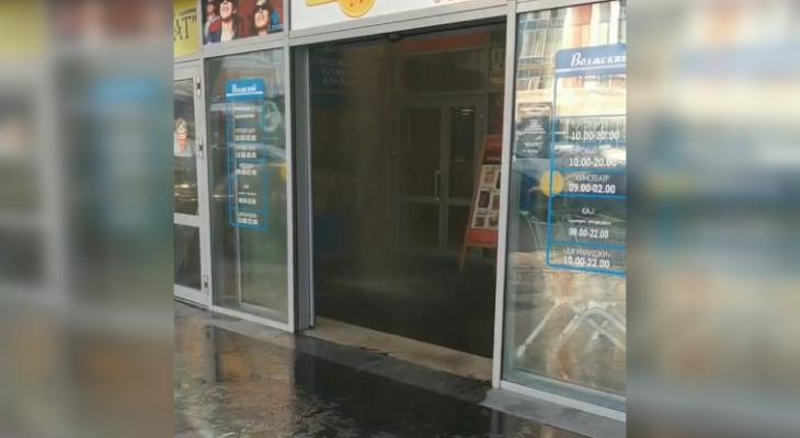 """Супермаркет в """"Волжском"""" заливает кипятком"""