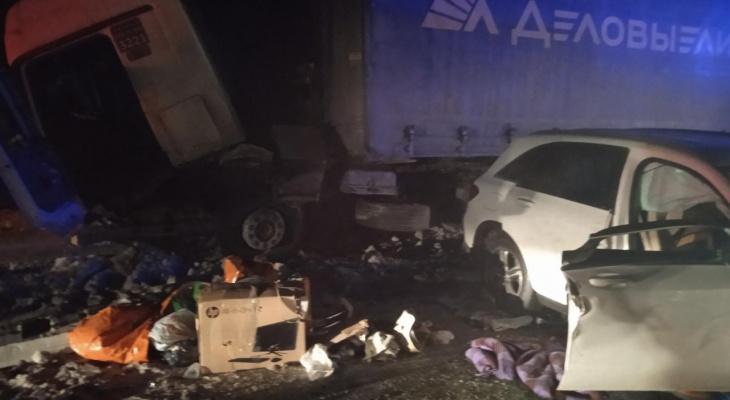 В ДТП с грузовым тягачом погибли водитель и пассажирка легковушки