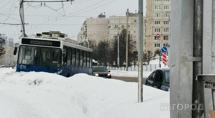 В Чебоксарах троллейбус влетел в сугроб