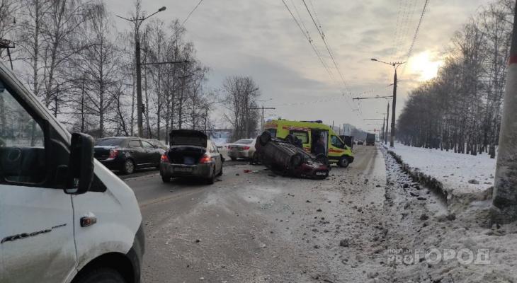Авария возле авторынка в Чебоксарах: машина лежит на крыше, троллейбусы стоят