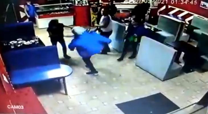 """Мужчина в кафе ударил несколько раз в живот женщину: """"Она меня спровоцировала"""""""