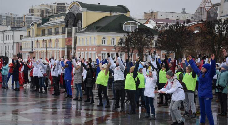 Медики Чувашии вышли на людную акцию с зарядкой и массовой прогулкой