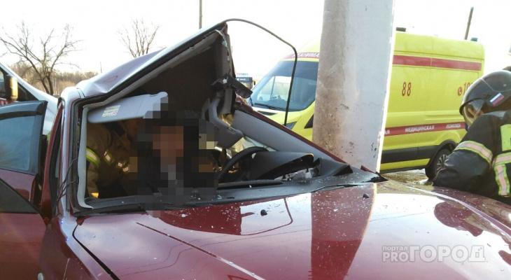 В Чебоксарах спасатели достали зажатого в иномарке водителя
