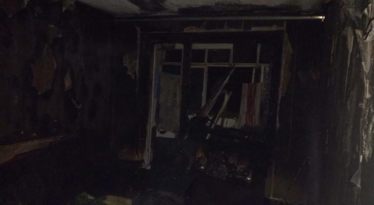 Спасатели вывели 7 взрослых и ребенка из дома во время пожара в Мариинском Посаде, еще один человек погиб