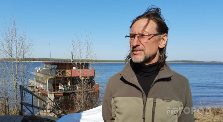 Мужчина из Новочебоксарска построил двухэтажный дом прямо на Волге и спасает тонущих