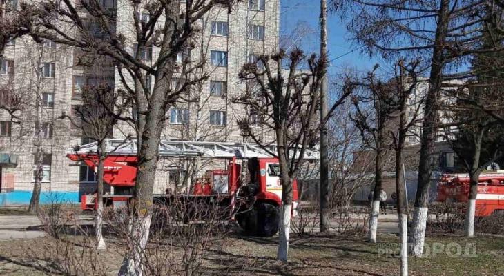 Пожарные машины окружили общежитие в Новоюжном районе