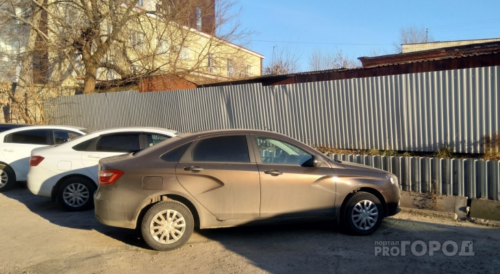 В Чебоксарах владельцы машин не торопятся покупать парковку у дома, где есть возможность