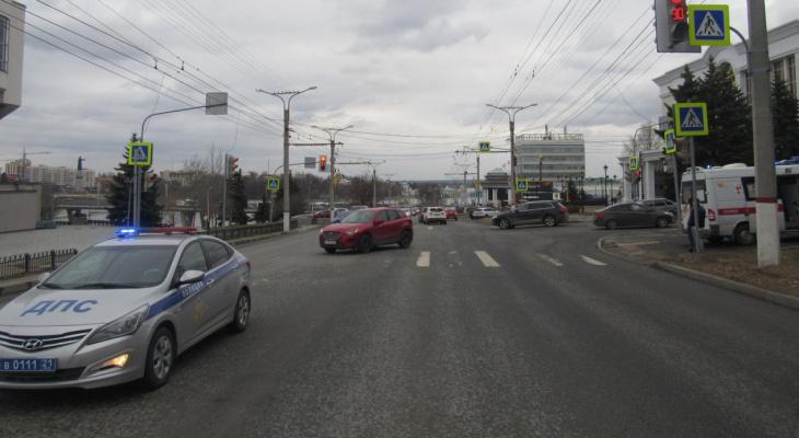 "В Чебоксарах ""Лада"" после столкновения с ""Маздой"" отлетела прямо на пешехода"