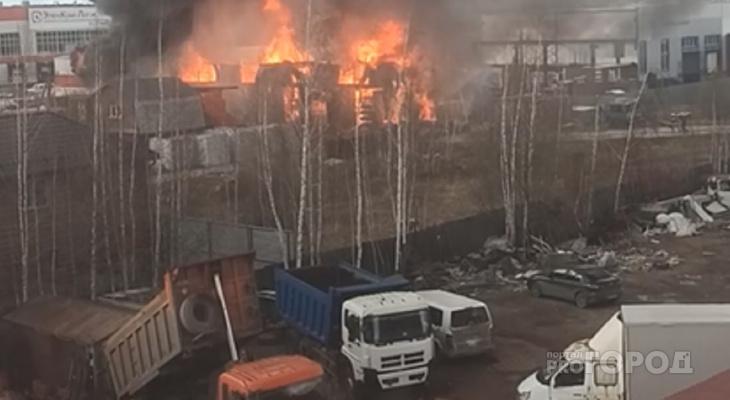 В Чебоксарах горят склады: огонь виден за километры