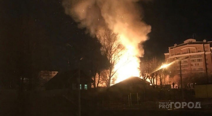 В центре Чебоксар загорелся частный дом