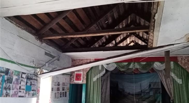 Потолок обрушился в сельском клубе в Батыревском районе