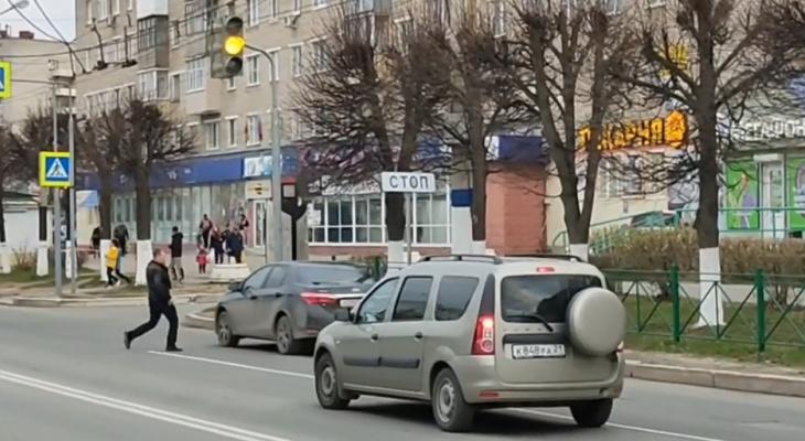 В Новочебоксарске человек со сломанной челюстью пинал проезжающие машины