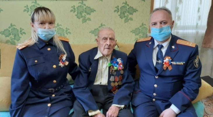 """В Батыревском районе поздравили 100-летнего ветерана войны: """"Матери дважды отправляли похоронку"""""""