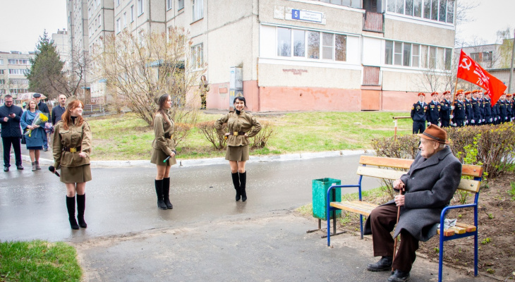 Ветеранам в Новочебоксарске устроили концерт прямо во дворе дома
