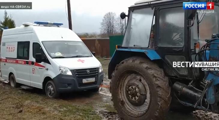 Фельдшеру пришлось самому бежать к пациенту, машина скорой застряла в грязи