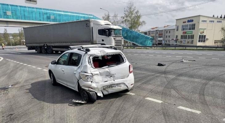 Двое детей пострадали в столкновении фуры и «Рено»