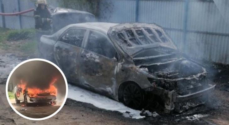 Житель Чувашии поссорился с близким человеком и сжег на улице свою иномарку