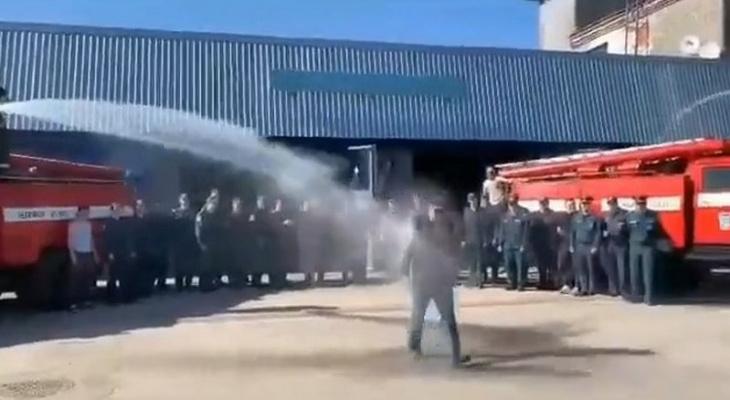 В Чебоксарах пожарного окатили водой из двух шлангов под звуки сирен: традиция в МЧС