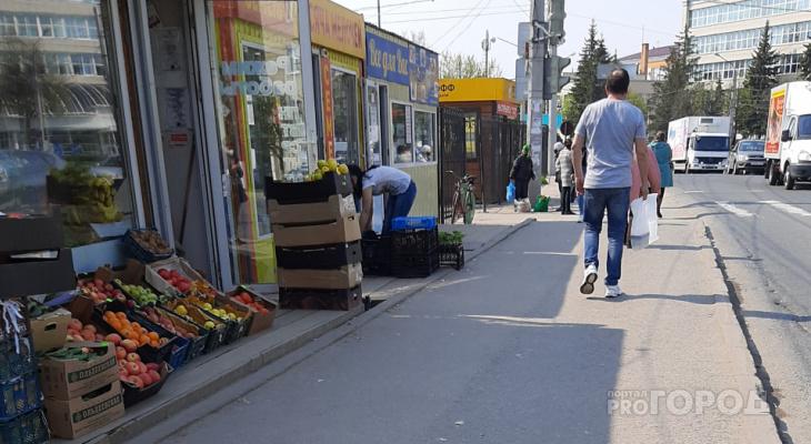 В Чебоксарах овощи и фрукты продают прямо на тротуаре возле дороги