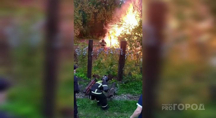 В Чебоксарах на Вурнарском шоссе горит дачный дом