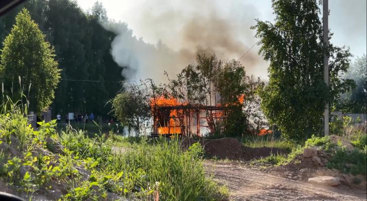 """В Новочебоксарске вечером вспыхнул дом: """"Валил густой черный дым"""""""