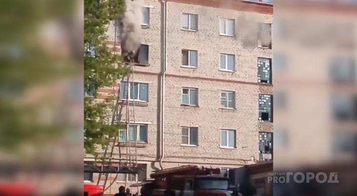 Рано утром в новочебоксарской пятиэтажке загорелась квартира