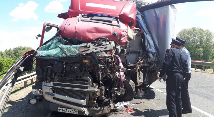 Обстоятельства смертельной аварии с тремя большегрузами: водитель КамАЗа ехал с супругой