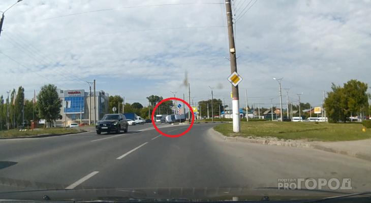 На Гражданском кольце один автомобиль перевернулся от удара с другим: момент ДТП с регистратора