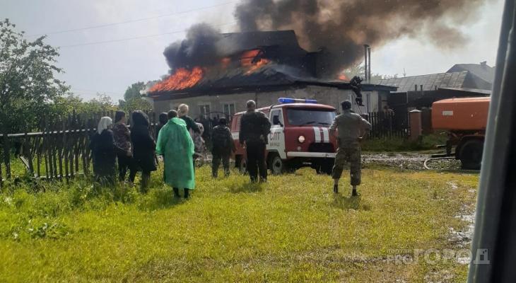 Молния ударила в дом в Канашском районе, начался пожар