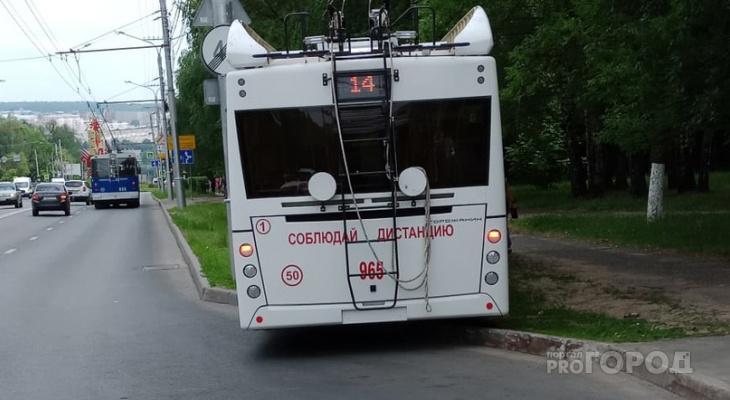 В Чебоксарах троллейбус вылетел на газон