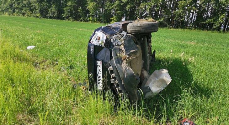 """""""Шкода"""" съехала в кювет, опрокинулась и замерла на боку: пьяного водителя увезли в больницу"""