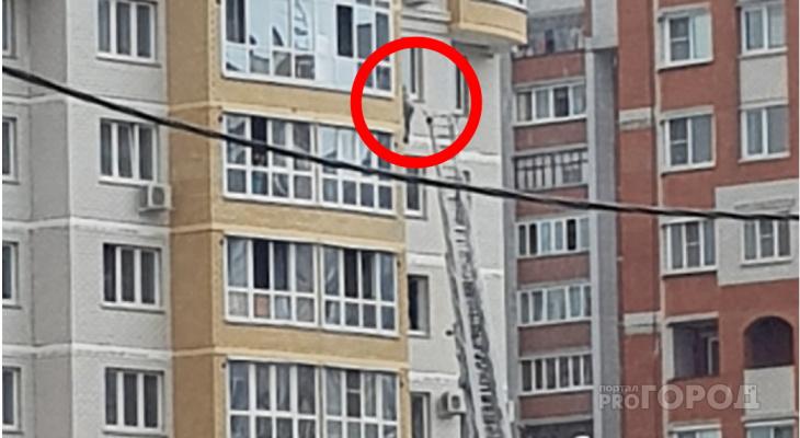 В Чебоксарах подросток вылез из окна и повис на стене многоэтажки