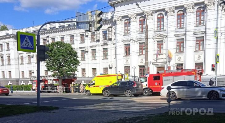 К зданию МВД в Чебоксарах съехались пожарные машины и скорая помощь