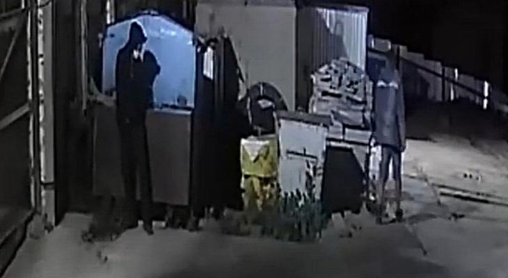 Ограбление склада в Чебоксарах двумя мужчинами попало на видео