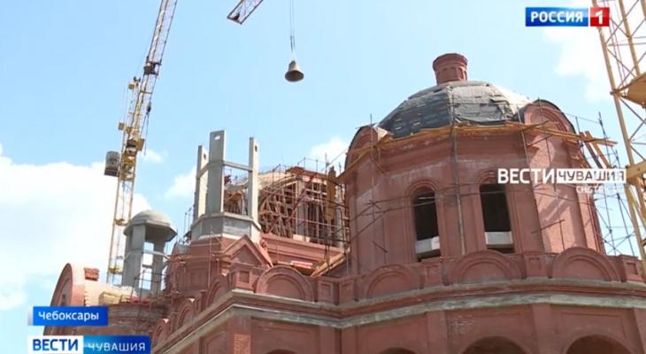 Десять колоколов освятили и водрузили на строящийся храм в Чебоксарах