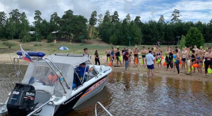В Чебоксарах 100 пловцов одновременно переплыли Волгу