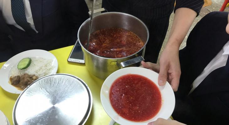 Школьников из малоимущих и многодетных семей обеспечат горячим питанием