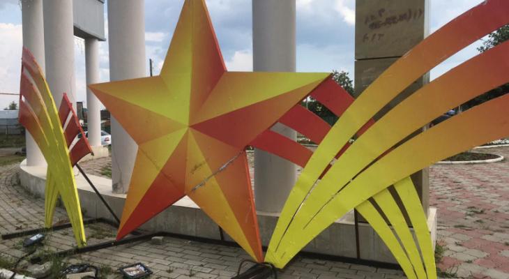 Два школьника разворотили обелиск Победы в Батырево: отвечать за хулиганов будут родители