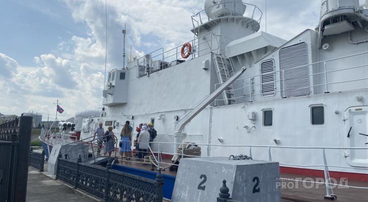 """Сторожевой корабль """"Чебоксары"""" начал принимать первых посетителей, но полностью он откроется через год"""