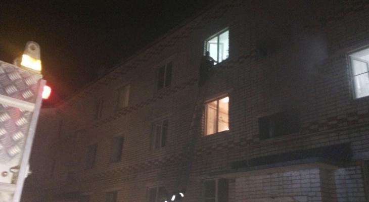 В Мариинском Посаде пожарные с помощью лестниц эвакуировали людей из горящего здания