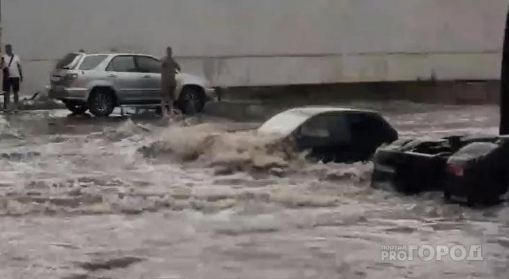 В Чебоксарах затопило дорогу: легковушки едут по стекла в воде