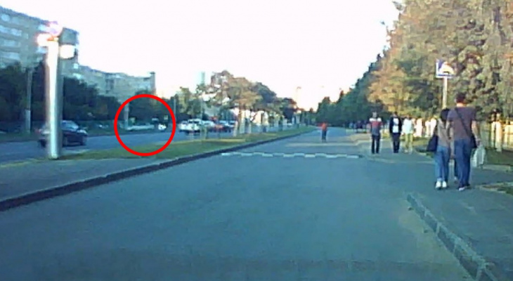 Момент аварии мотоцикла и иномарки в Новоюжном районе попал на камеру